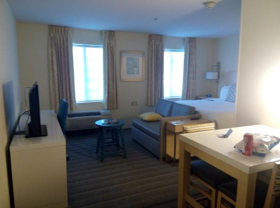 Sonesta ES Suites Auburn Hills: bed and tv area