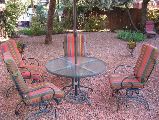 Baby Quail Inn: garden area