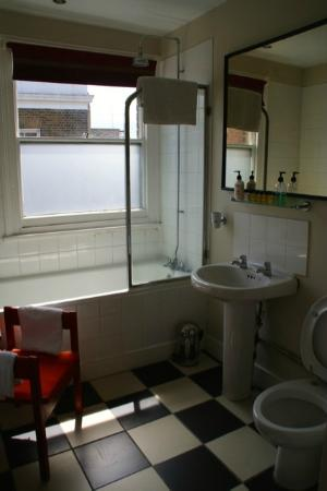 St. Alfeges: Bathroom (Yellow Room)