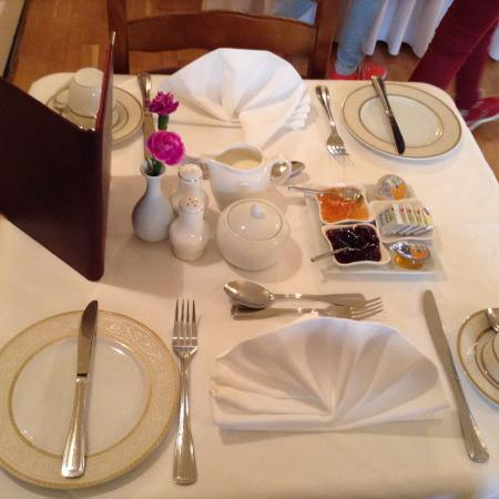 Brook Manor Lodge: Breakfast table