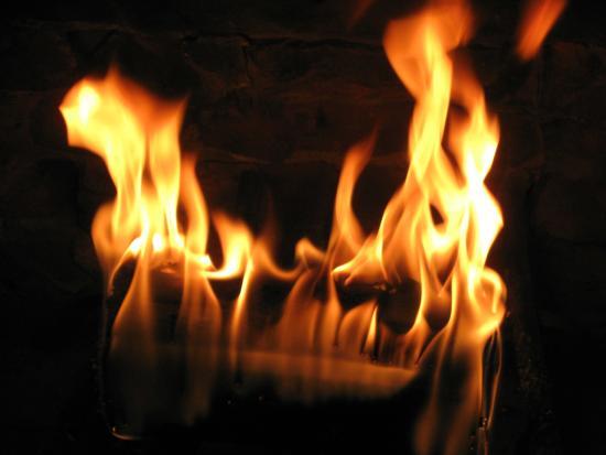 Deacon Timothy Pratt Bed and Breakfast: Beautiful yet safe fire in fireplace