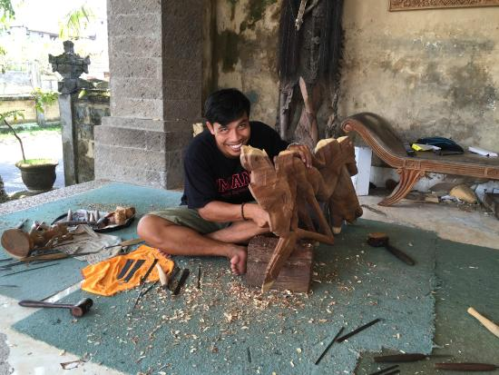 Sila's Bali Tours - Day Tours: Master wood carver