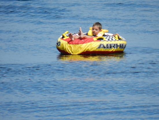Beauview Cottage Resort : Tubing behind the motor boat