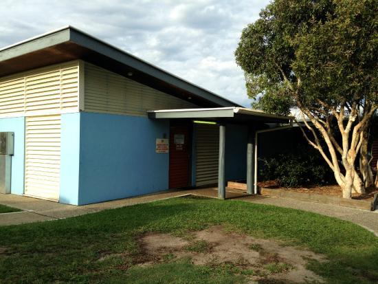 Dicky Beach Family Holiday Park: toilet/shower block (at back of the park)