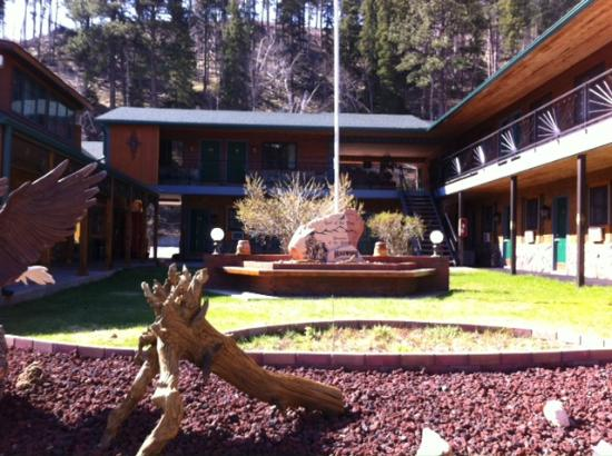 Cedar Wood Inn: Front