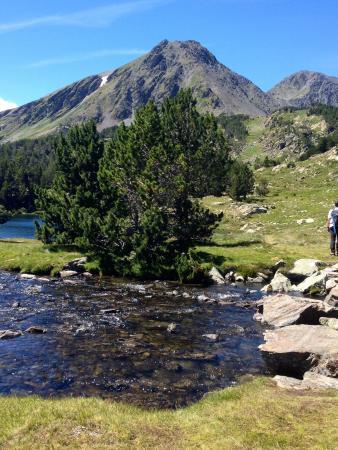 Formiguères, فرنسا: En amont du lac principal, la vue sur les deux pics Peric