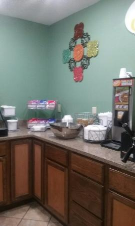 Super 8 Russellville: Great breakfast area..WiFi is excellent !!