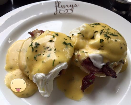 Flury's : Eggs benedict with crispy bacon