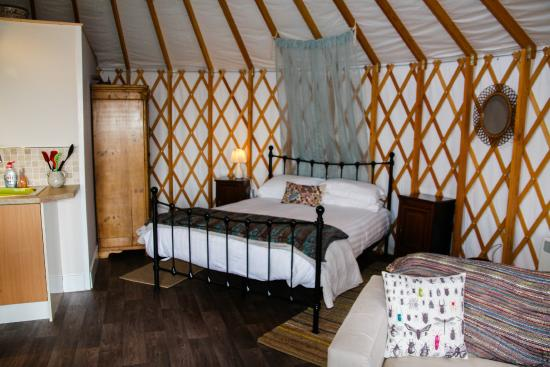 The Old Piggery Bed and Breakfast: Old Spot Yurt - Sleeping/King bed