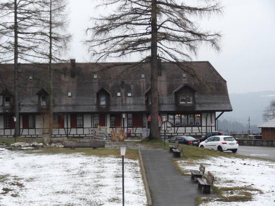 Gurnigelbad, Schweiz: Front of the hotel with parking