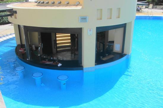 Novotel Bahrain Al Dana Resort: swim up bar