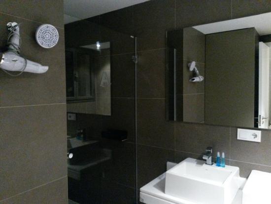 Valenciaflats Catedral: Luxe badkamer met douche