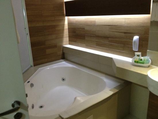 Visão do banheiro com a banheira de hidromassagem (Suíte Master)  Foto de Re -> Banheiro De Hotel Com Banheira