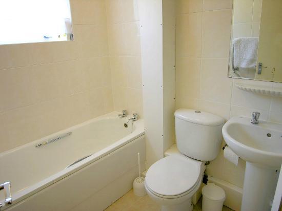 Ilex Lodge Self Catering Apartments: Bathroom showing bath