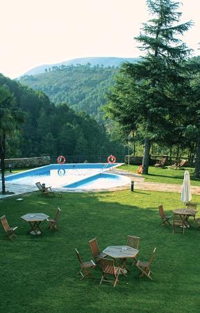 Hospederia Hurdes Reales: Jardín, piscina y vista