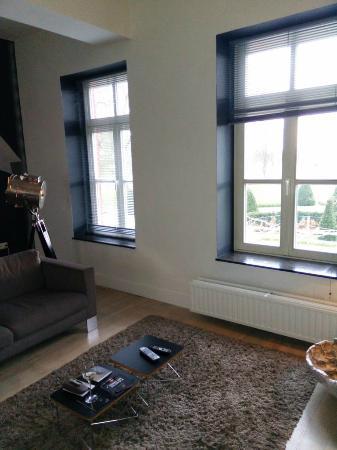 Hoogenweerth Suites: Lounge overlooking front
