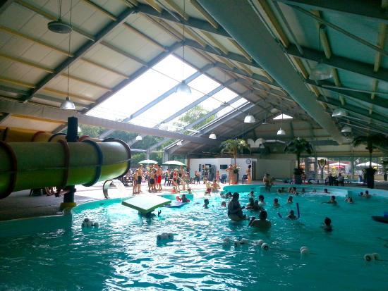 Overdekt zwembad met glijbaan en stroomversnelling   Picture of Camping Wedderbergen, Wedde