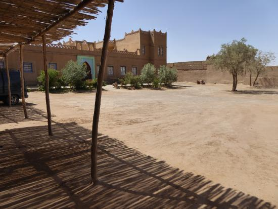 L'Auberge Oasis: View of courtyard and hotel