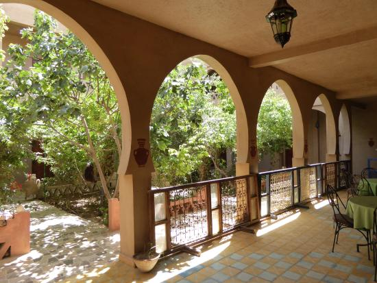 L'Auberge Oasis: The central area inside the hotel