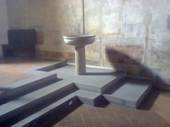 Chiesa della Santissima Trinità: fonte batesimale