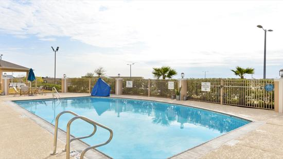 Holiday Inn Express Hotel & Suites Schulenburg: Pool Area