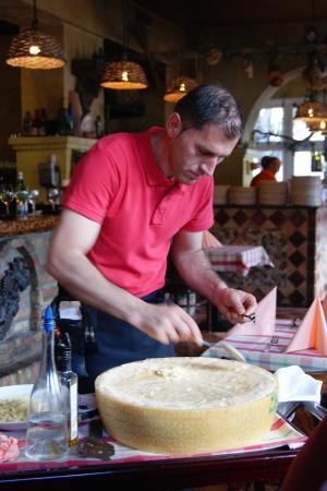 Trattoria Romana: Tagliatelle im Parmesanlaib