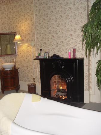 Schenck Mansion Bed & Breakfast Inn: Bubble bath by the fire