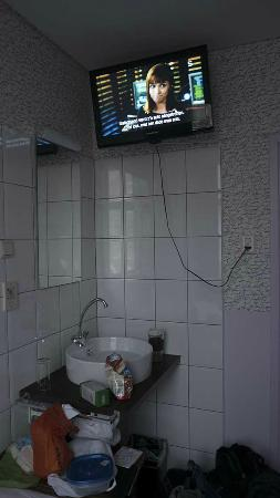 Hotel La Ville: TV, sink door at one end