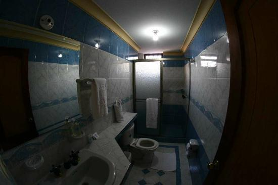 Cali Plaza Hotel: Bathroom