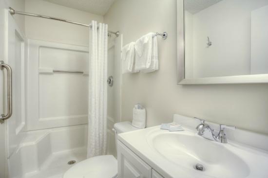 Home Towne Studios - Louisville: Guest bathroom