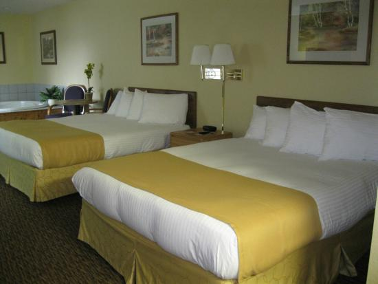 Econo Lodge Near Miller Hill Mall: 2 Queen Suite