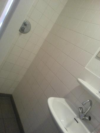 Amsterdam Hostel Uptown: tiny bathroom!