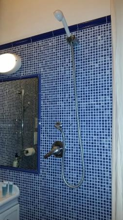 Le Camere Della Principessa B&B: la doccia non era belle migliori, così si allaga tutto