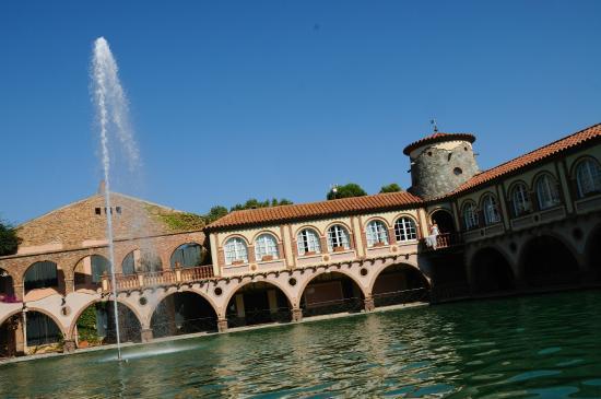 Hotel Termes de Montbrio - Resort Spa & Park: Edificio banquetes y lago
