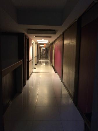 Avana Bangkok Hotel : dark and endless corridor