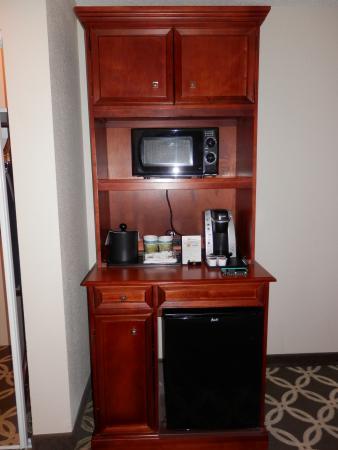 Hilton Garden Inn Burlington: Hutch with microwave, mini fridge and Keurig