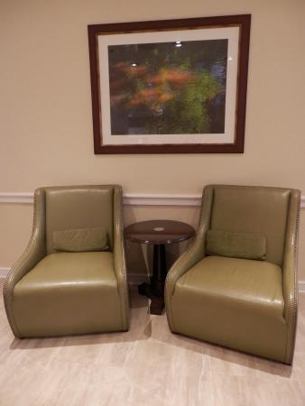 Hilton Garden Inn Burlington: One of the small seating areas in the lobby