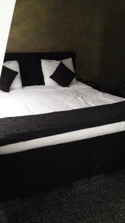 Sara's Boutique Hotel: King size beds!