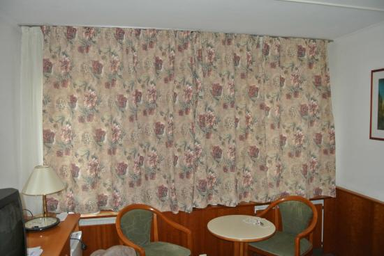 Neptun Hotel: the terrible curtains. (the bed had a matching blanket)