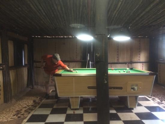 Hluhluwe Backpackers: Enjoying a friendly game of pool