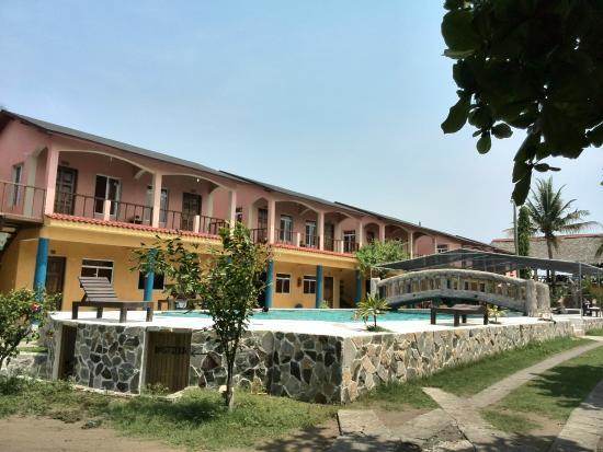 Hotel Las Brisas del Mar : El hotel y la piscina, remodelada