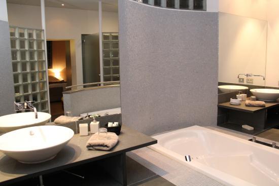B&B Vennehoeve: De ruime badkamer.