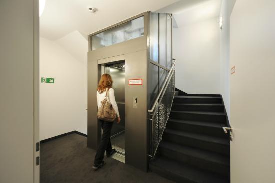 aufzug treppenhaus bild von vi vadi hotel bayer 89 m nchen tripadvisor. Black Bedroom Furniture Sets. Home Design Ideas