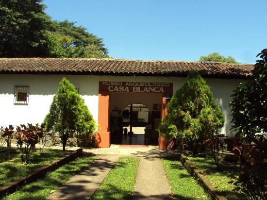 Chalchuapa, El Salvador: Entrada a la hacienda colonial, donde se encuentra el museo y taller de añil
