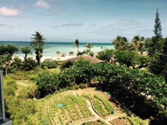 Hyatt Regency Saipan: Gardens and beach