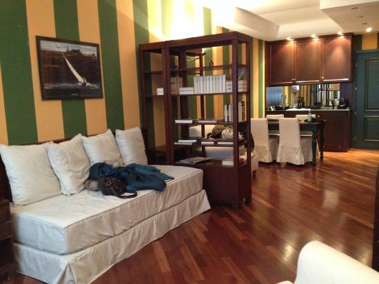 Camperio House Suites & Apartments: Vista da sala com a cozinha e sala de jantar ao fundo