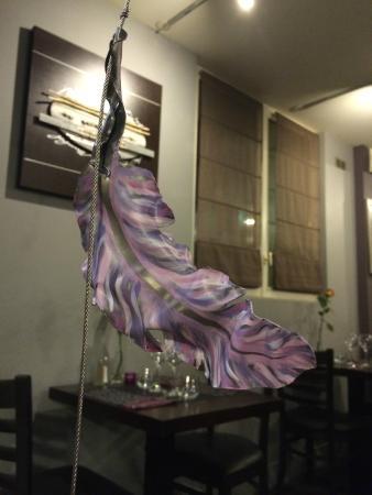 La cour d'Eline : plumes du rideau