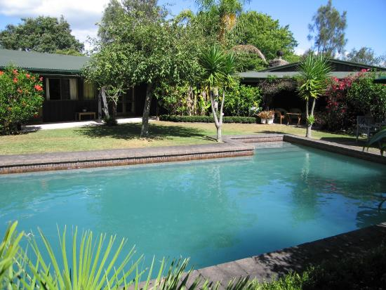 Thorold Country House: Swimming pool & garden