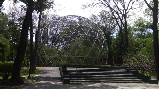 Esfera geodésica del parque agua azul