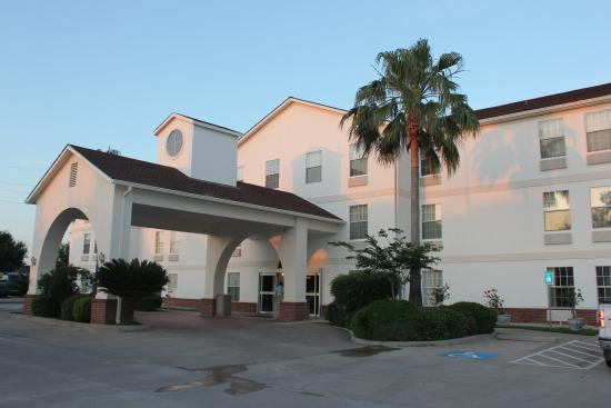 Exterior picture of motel 6 rosenberg rosenberg for Motel exterior design